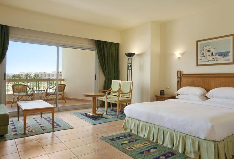 Izba s výhľadom na areál hotela Hilton Hurghada Long Beach Resort