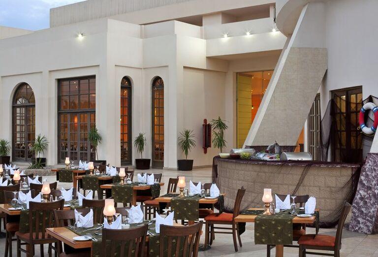 Vonkajšie posedenie v reštaurácii hotela Hilton Hurghada Long Beach Resort