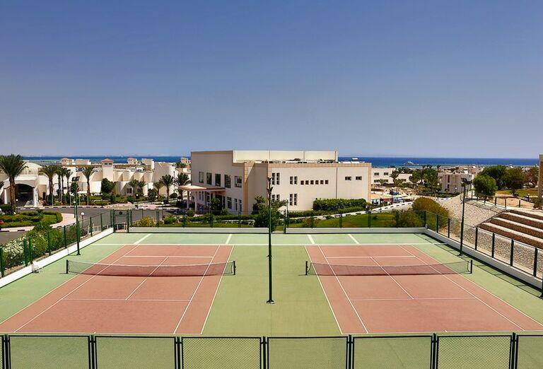 Tenisové kurty v areáli hotela Hilton Hurghada Long Beach Resort