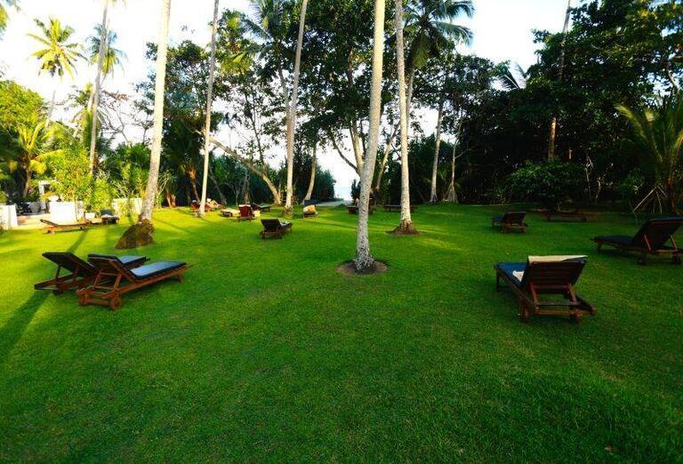 Ležadlá v záhrade rezortu Surya Lanka Ayurveda Beach