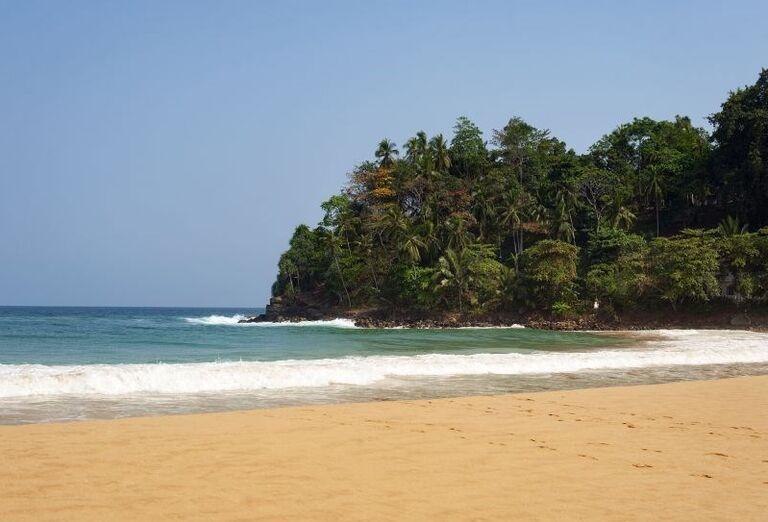 Piesková pláž pred rezortom Surya Lanka Ayurveda Beach