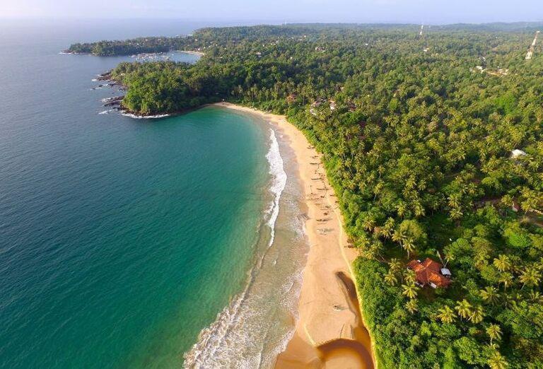 Pláž pred rezortom Surya Lanka Ayurveda Beach