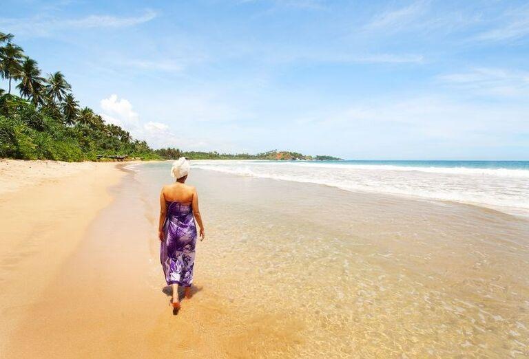 Dáma na piesočnatej pláži pri mori