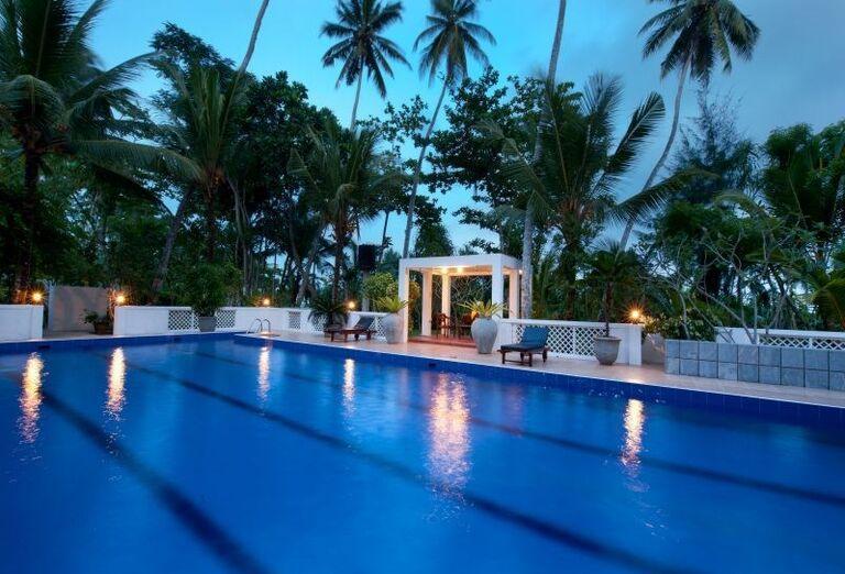 Plavecký bazén v areáli rezortu Surya Lanka Ayurveda Beach