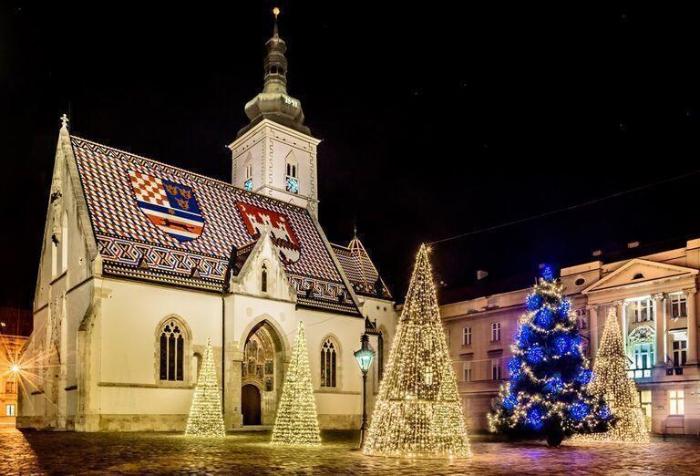 Advent v Záhrebe - kostol a vianočné stromčeky