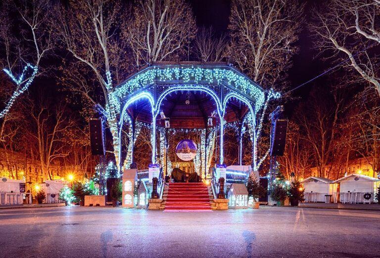 Advent v Záhrebe - vysvietené podium