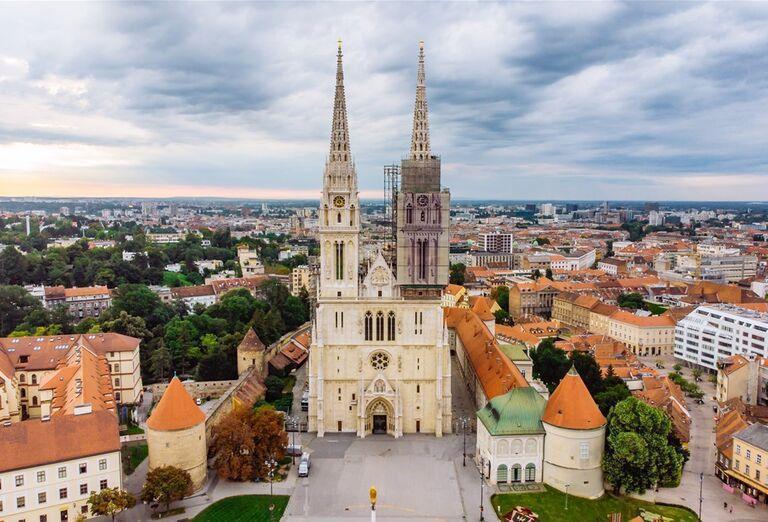 Advent v Záhrebe - pohľad na katedrálu