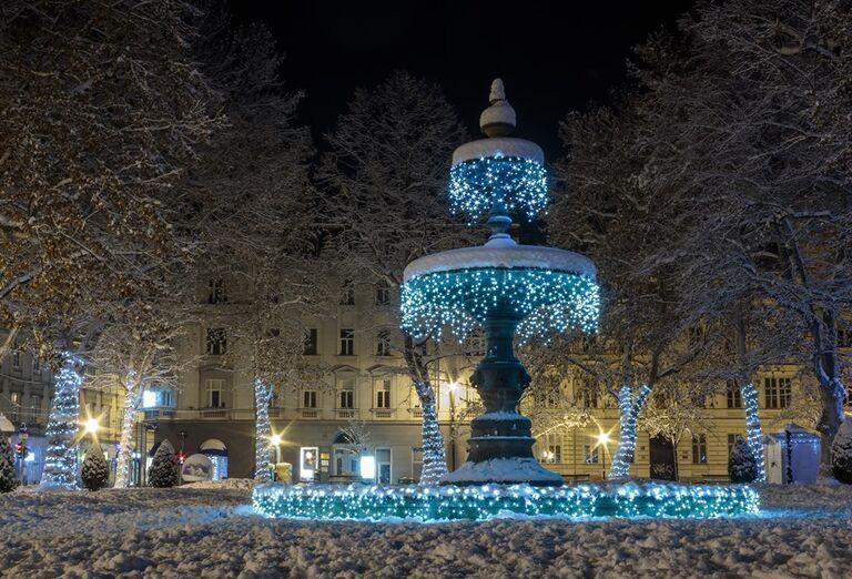 Advent v Záhrebe -  vysvietená fontána