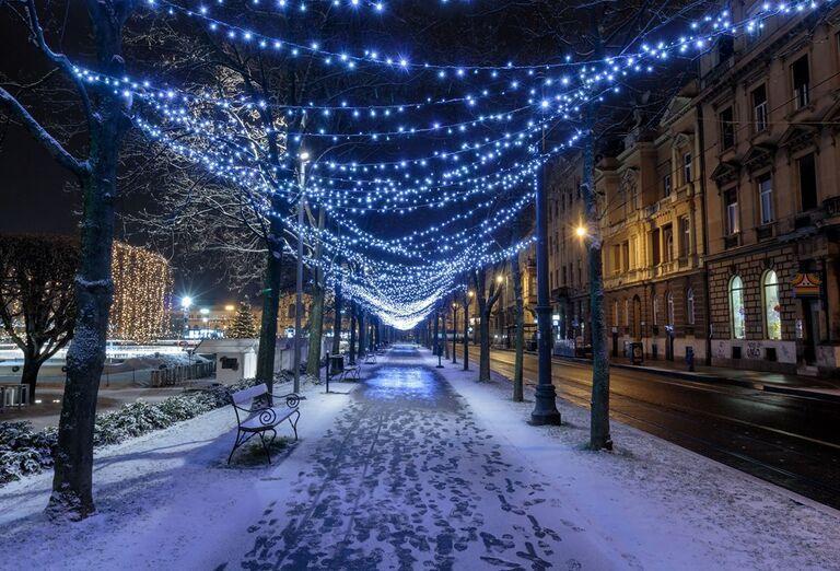 Advent v Záhrebe -  vysvietená ulica