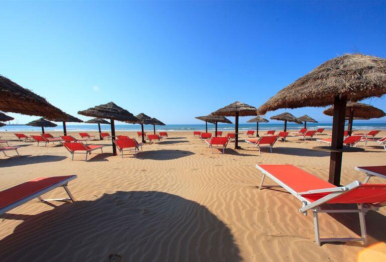 Hotel Conte di Cobrera - piesočnatá pláž s lehátkami