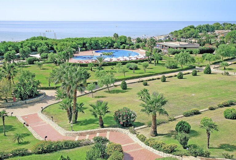 Hotel Conte di Cobrera - záhrada s bazénom