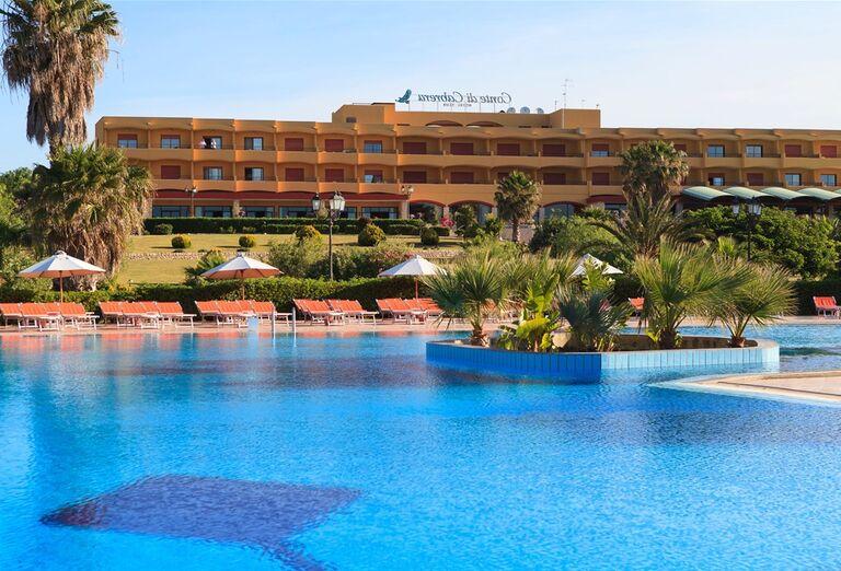 Hotel Conte di Cobrera - bazén s hotelom v pozadí