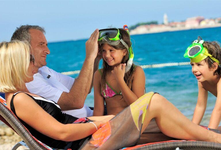 Rodina na pláži v rezorte valamar Club Tamaris