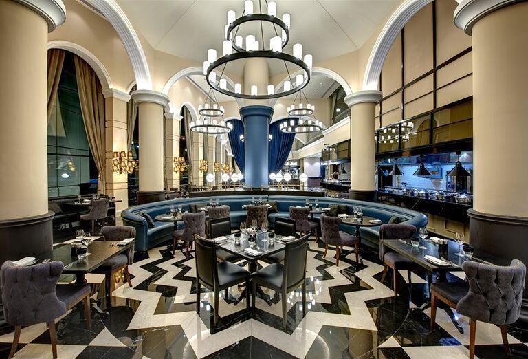 Posedenie v reštaurácii hotela Dukes Dubai