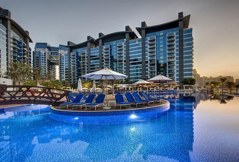 Pohľad od bazéna na hotel Dukes Dubai