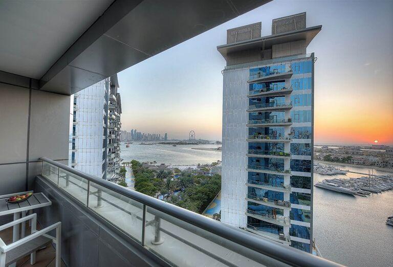 Balkón s výhľadom na časť hotela Dukes Dubai