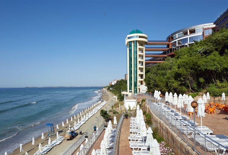 Piesková pláž pred hotelom Paradise Beach