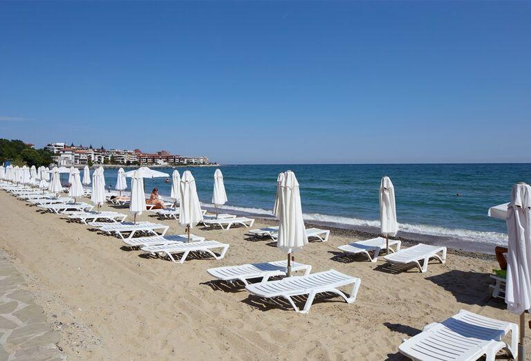 Pláž s ležadlami v hoteli Paradise Beach
