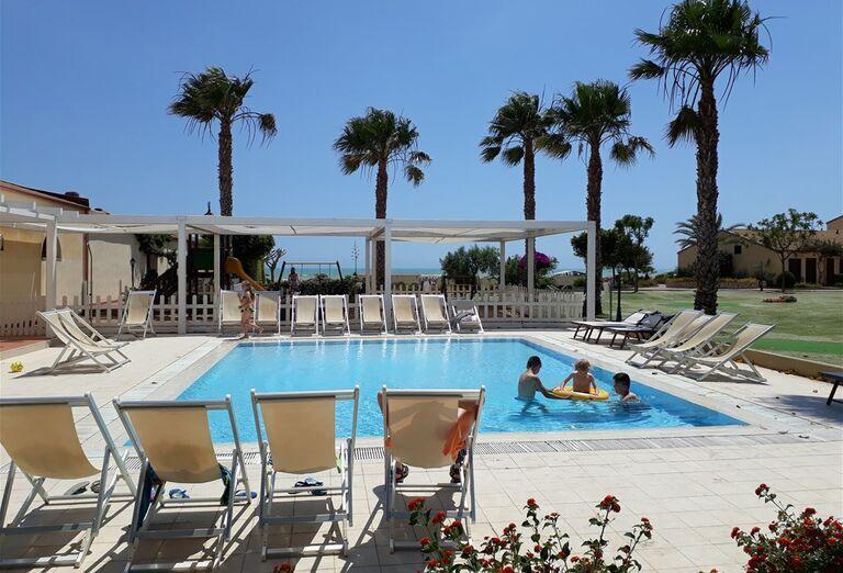 Ležadlá pri bazéne hotela Sikania Resort and Spa