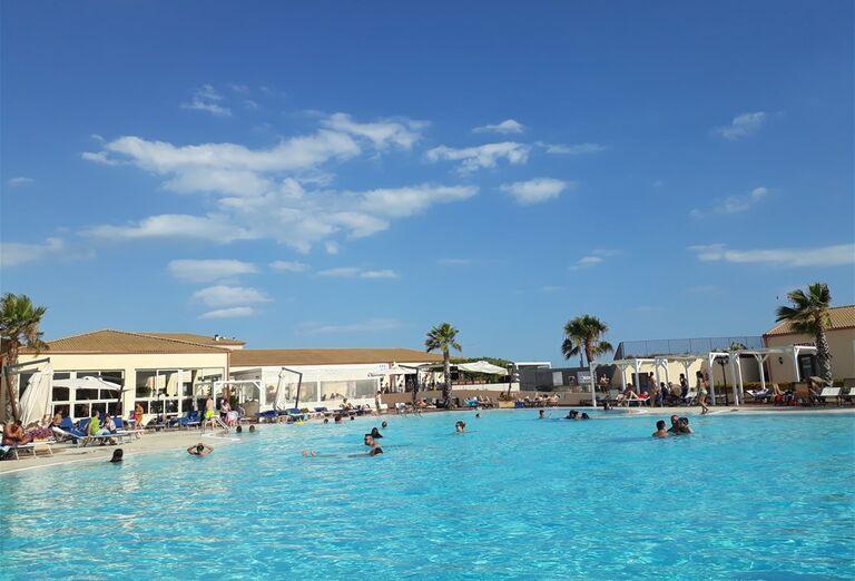 Pohľad na bazén v hoteli Sikania Resort and Spa