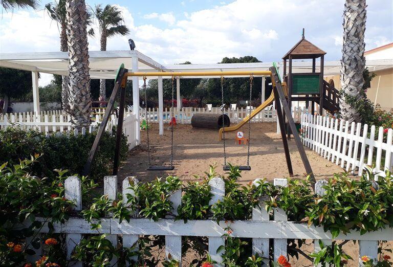 Detské hojdačky v hoteli Sikania Resort and Spa