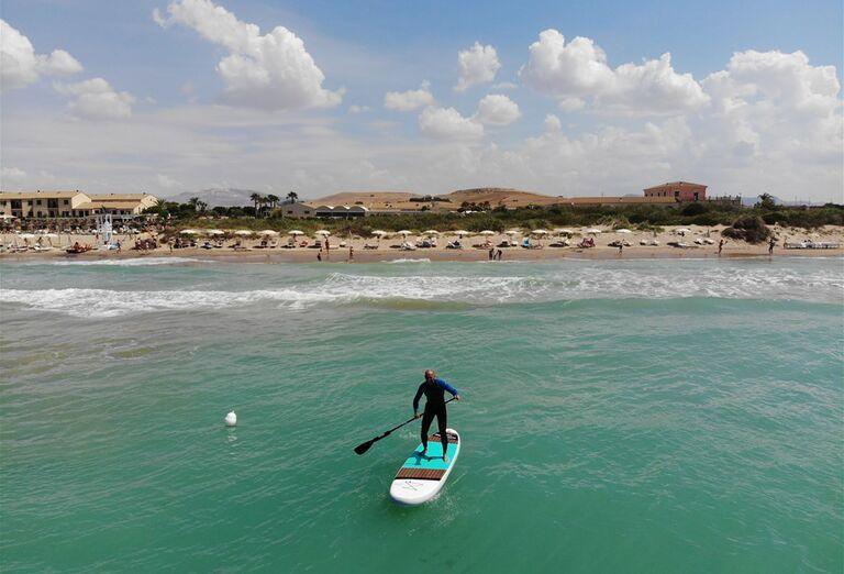 Chlap na surfe na mori