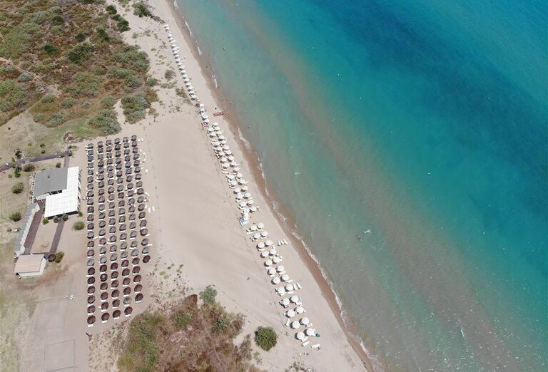Pohľad z výšky na pláž pred hotelom Sikania Resort and Spa