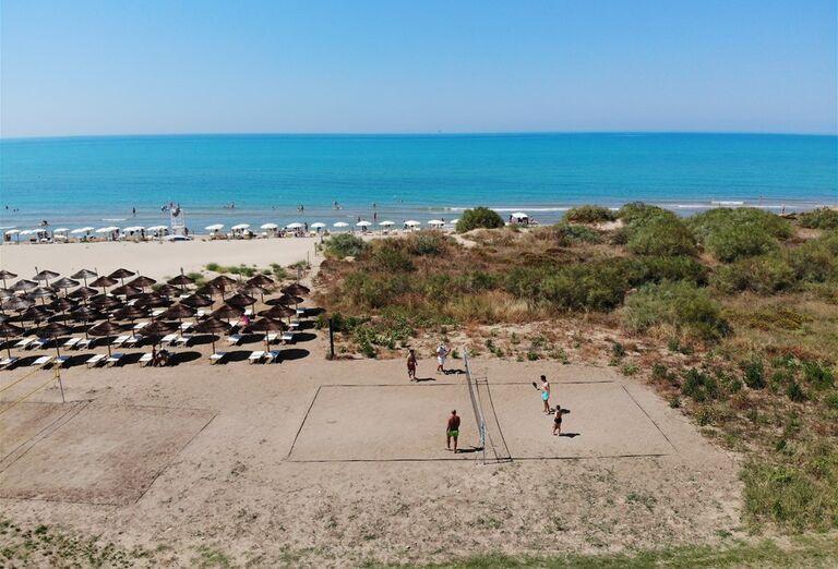 Volejbalové ihrisko pri pláži hotela Sikania Resort and Spa