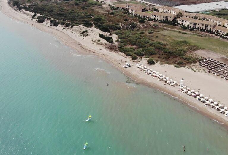 More a pláž pred hotelom Sikania Resort and Spa