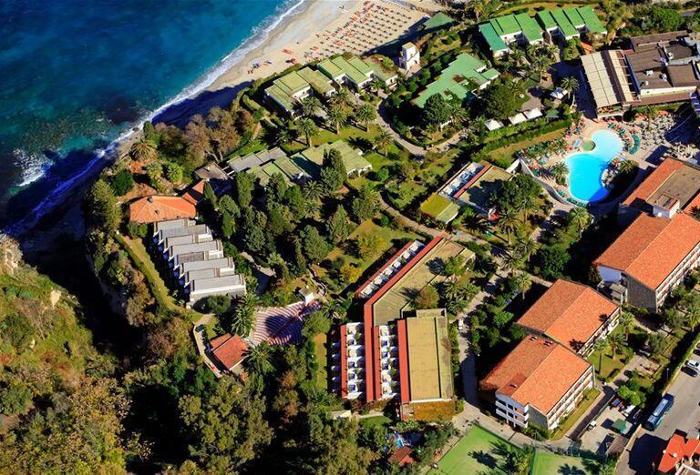Pohľad z výšky na hotel Labranda Rocca Nettuno Tropea