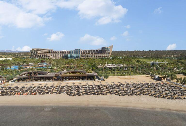 Piesková pláž pred hotelom Noah´s Ark Deluxe Hotel