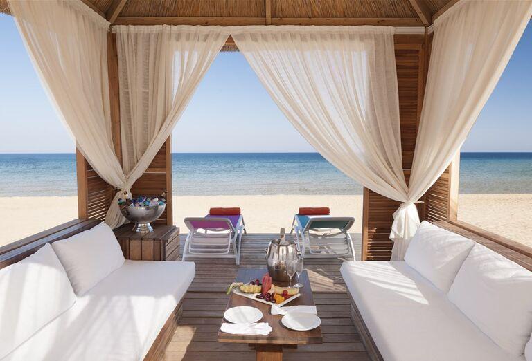 Príjemné posedenie na pláži pri hoteli Noah´s Ark Deluxe Hotel