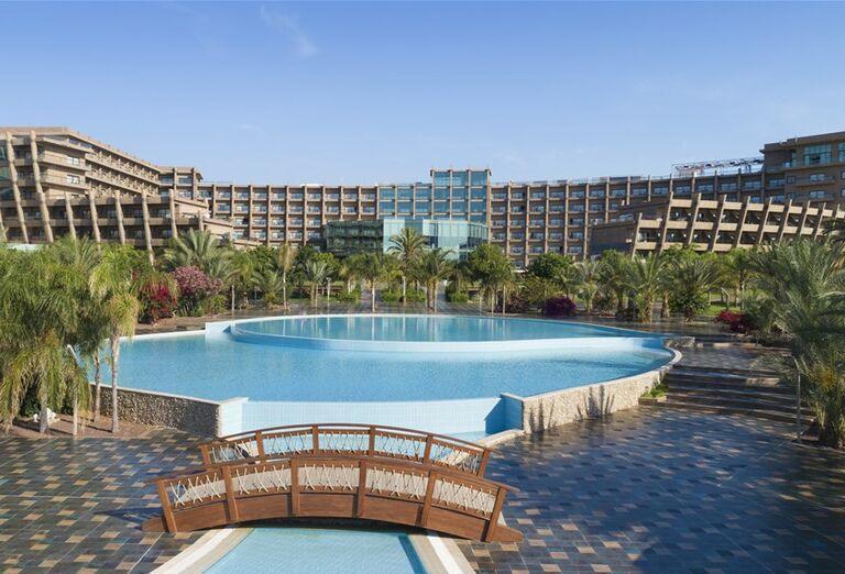 Bazén pred hotelom Noah´s Ark Deluxe Hotel