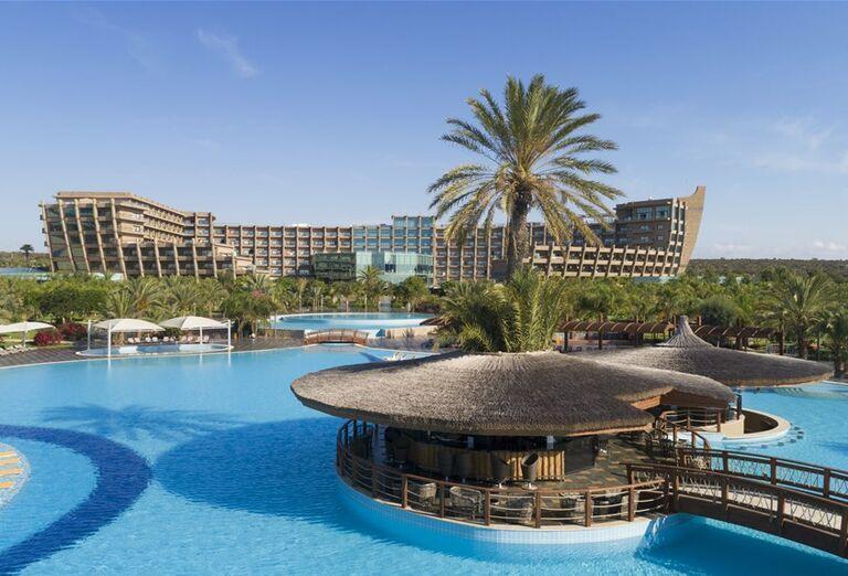 Bar v bazéne v hoteli Noah´s Ark Deluxe Hotel