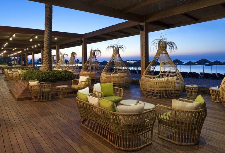 Príjemné posedenie s výhľadom na more v hoteli Noah´s Ark Deluxe Hotel