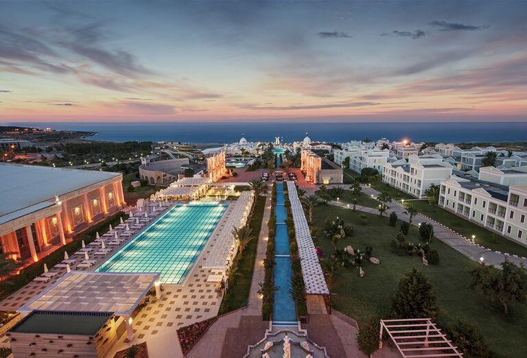 Večerný pohľad na areál hotela Kaya Artemis