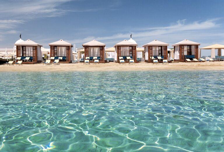 Kryté posedenie na pláži pred hotelom Kaya Artemis