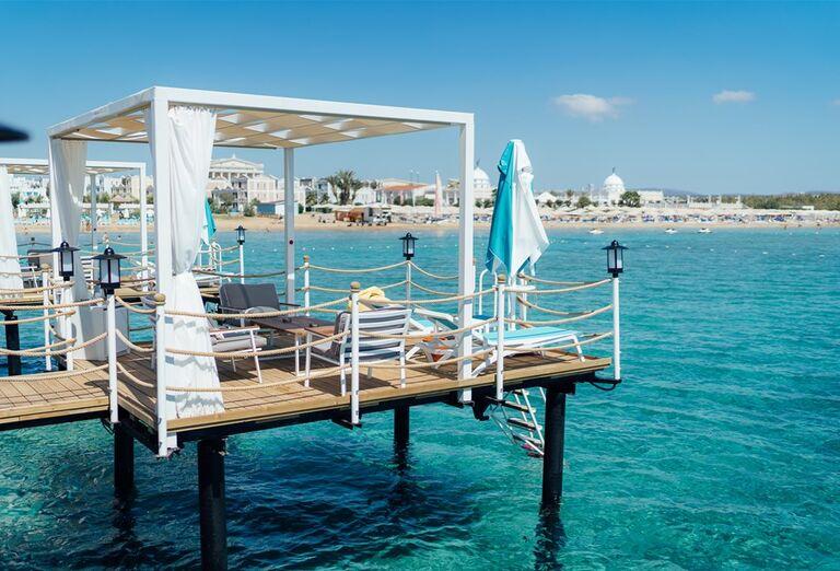 Mólo s posedením v hoteli Limak Cyprus
