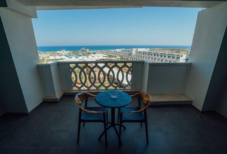 Posedenie na terase s výhľadom na more v hoteli Limak Cyprus