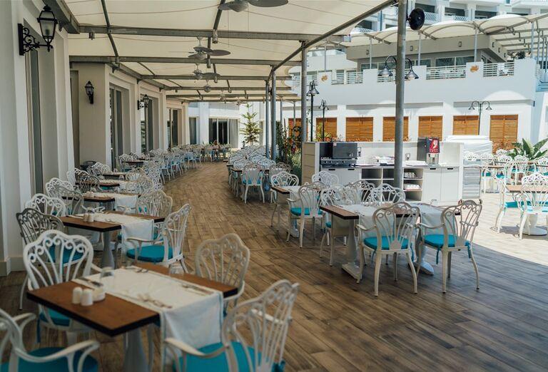 Terasa s posedením v hoteli Limak Cyprus
