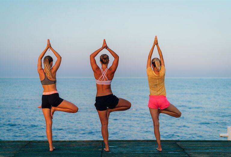 Ženy cvičiace jógu v hoteli Limak Cyprus