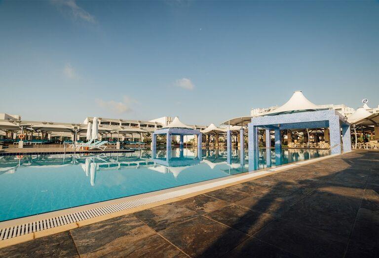 Bazén v hoteli Limak Cyprus