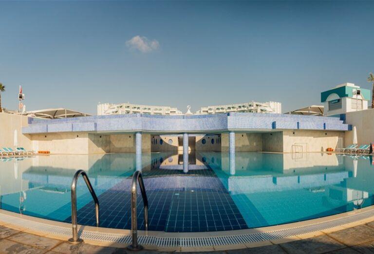 Vstup do bazéna v hoteli Limak Cyprus
