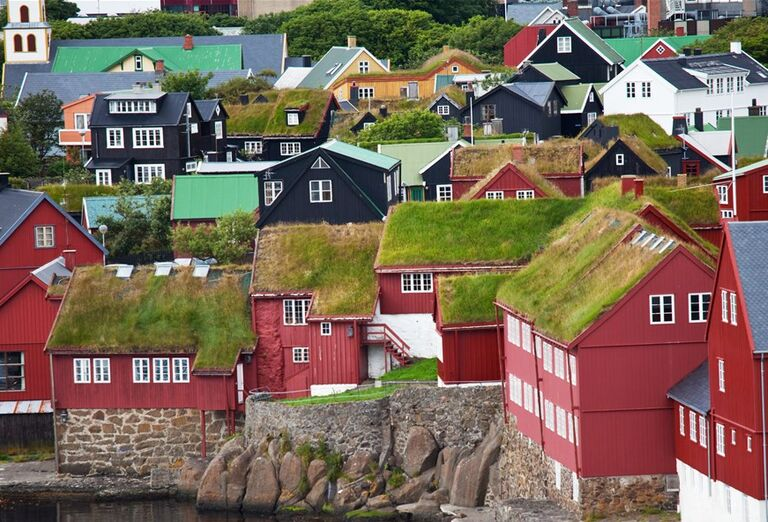 Faerské ostrovy - domy s trávnikom na strechách