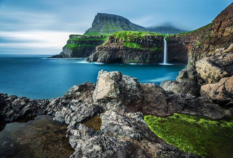 Faerské ostrovy -  pohľad na more a vodopád