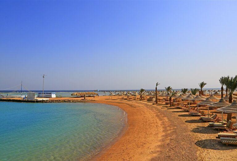 Pláž so slnečníkmi a leždalmi pred hotelom Labranda Garden Makadi