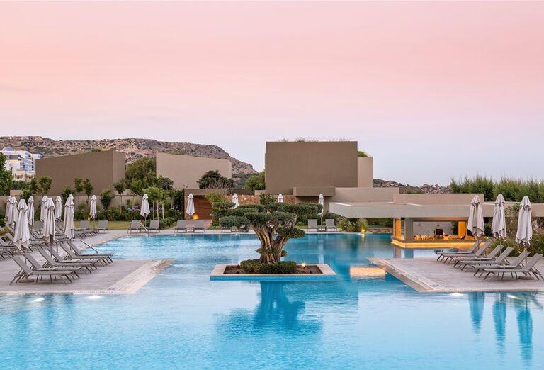 Ležadlá pri bazéne hotela Amada Colossos Resort