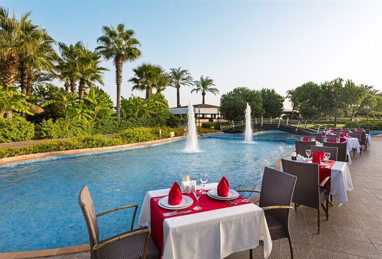 Posedenie pri bazéne v hoteli Miracle Resort