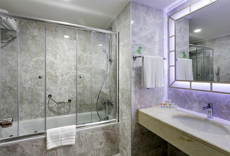 Pohľad do kúpeľne v hoteli Miracle Resort