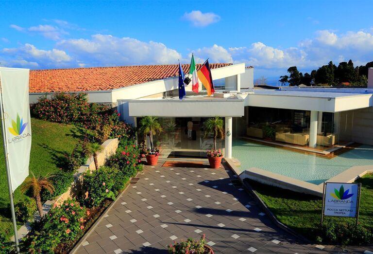Vchod do hotela Labranda Rocca Nettuno Tropea